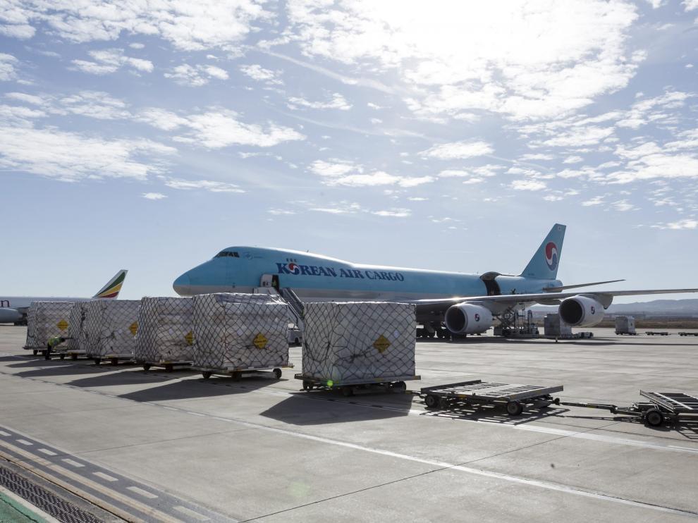 Un avión de carga preparado para su destino, en el aeropuerto de Zaragoza.