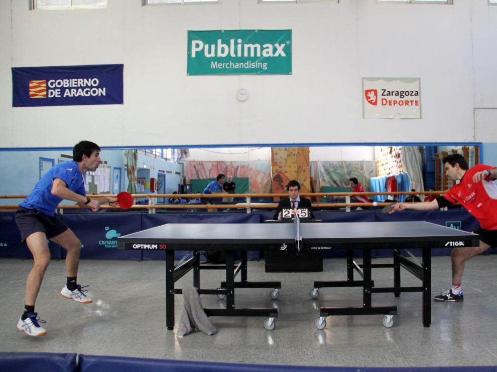 Beamonte, de Helios (izda) y Jorge Cardona, del Publimax (dcha) jugando un partido