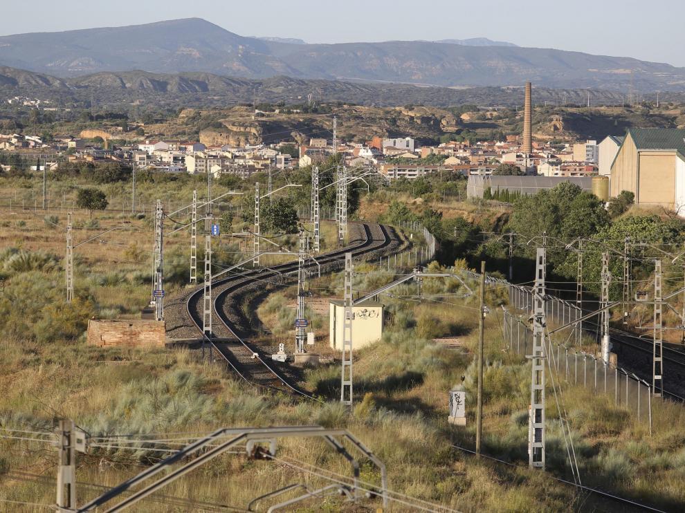 Vista de la vía del tren a su paso por Monzón