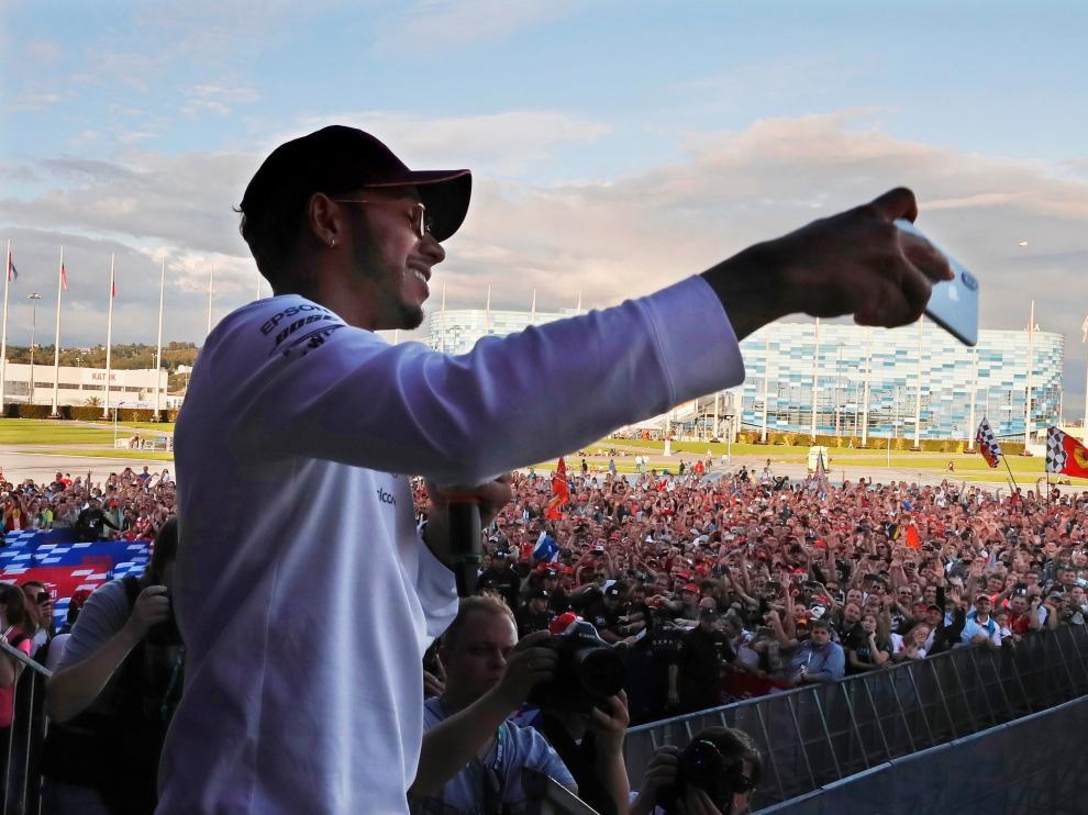 Hamilton, rodeado de aficionados en el circuito de Sochi