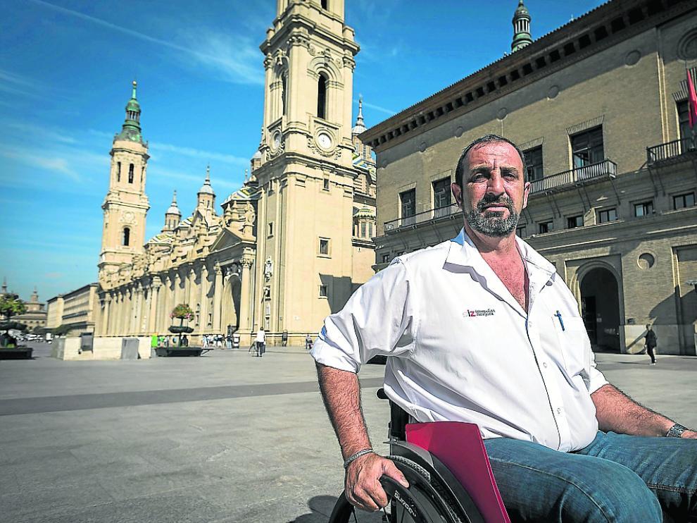 Braulio 'Patxi' Cantera, presidente de Interpeñas, frente al Ayuntamiento.