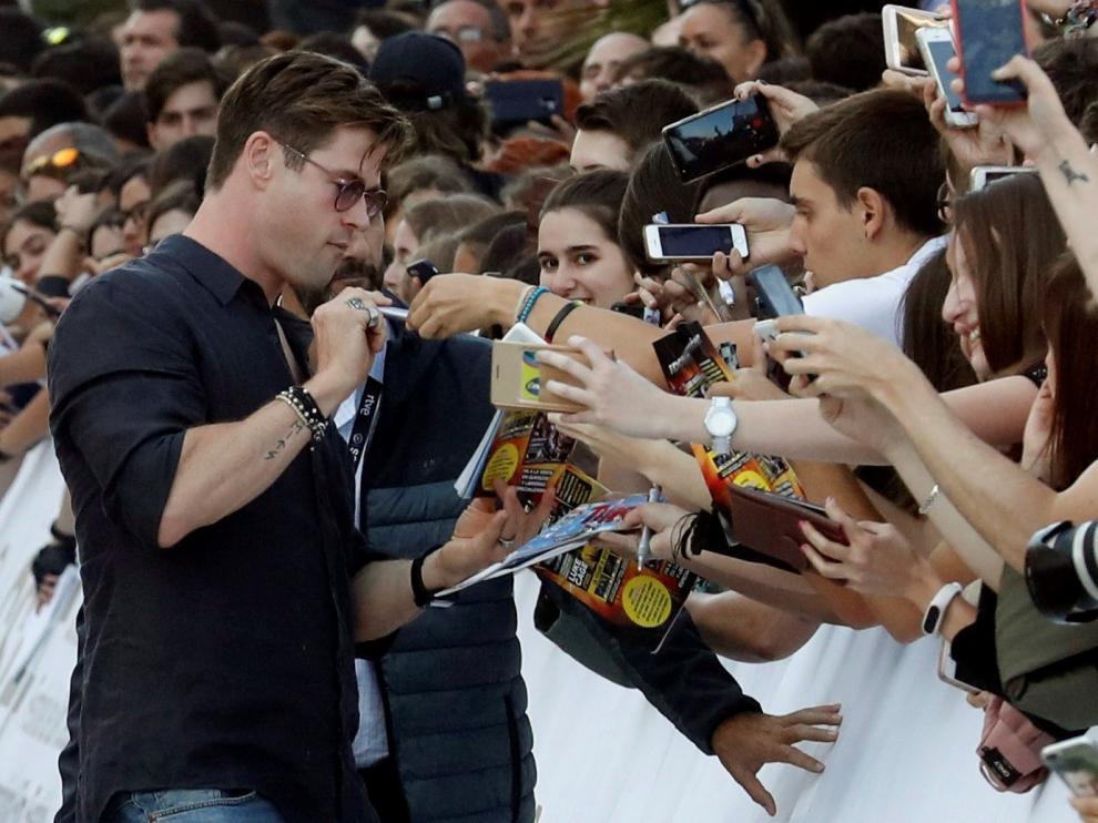 Chris Hemsworth se ha dado un baño de masas con sus admiradores, que lo esperaban enfervorizados en las puertas del hotel.
