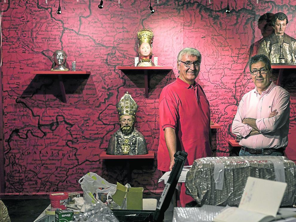 Domingo Buesa y Armando Serrano en la sala de los 700 años del Arzobispado de Zaragoza con los bustos de los santos.
