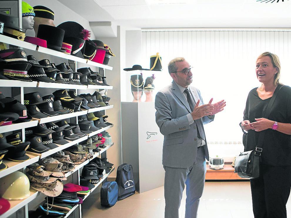 Abel Gabardós explica a Gastón las gorras que fabrican para las Fuerzas de Seguridad del Estado