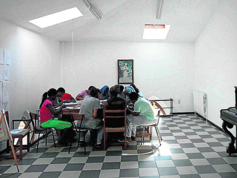 Un grupo de refugiadas, en la clase diaria de alfabetización en el Sagrado Corazón de Jesús.