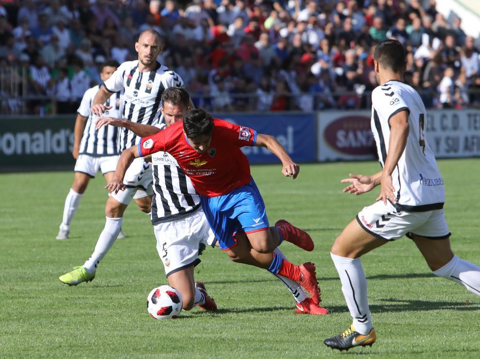 Un jugador del Teruel ante el Castellón.