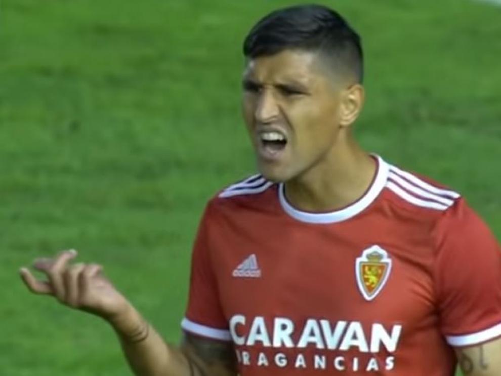 Grippo, se queja en Albacete tras recibir la tarjeta amarilla por parte de Trujillo Suárez por una entrada sobre Zozulia al inicio del segundo tiempo.
