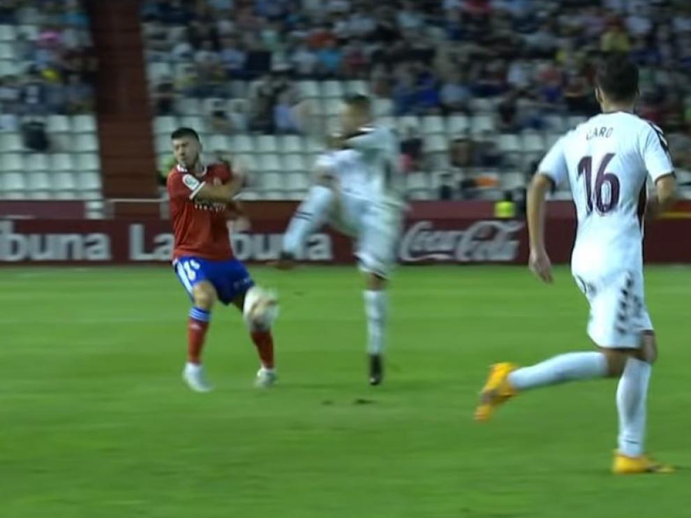 Momento en el que Papunashvili cae mal con el tobillo izquierdo tras recibir el balonazo de Acuña en la rodilla derecha.