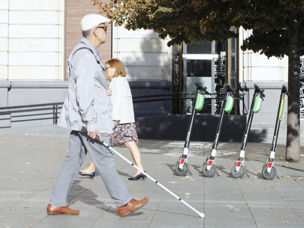 Los patinetes eléctricos de alquiler de Lime, en Zaragoza.