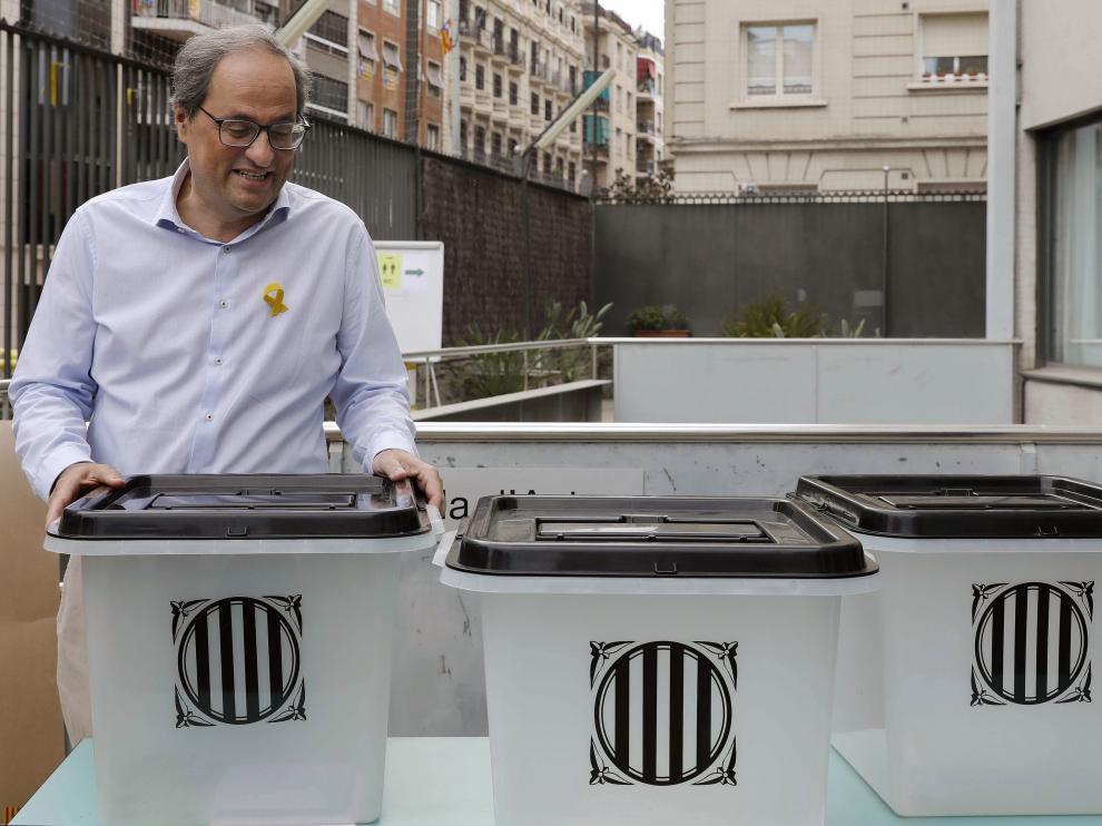 El presidente de la Generalidad de Cataluña, Quim Torra, sostiene la misma urna en la que depositó su papeleta el 1-O.