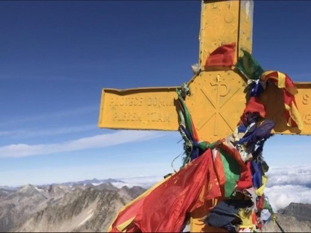 La cruz del Aneto también aparece pintada de amarillo
