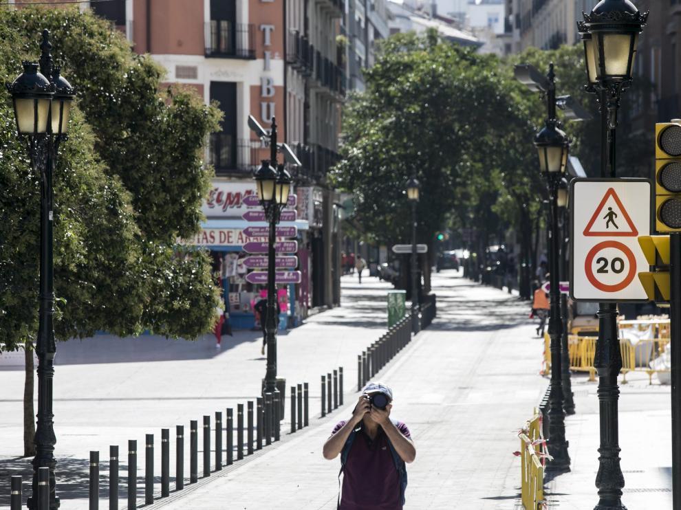 La prohibición de circular a más de 20 km/h ya se puede ver a la entrada de la calle