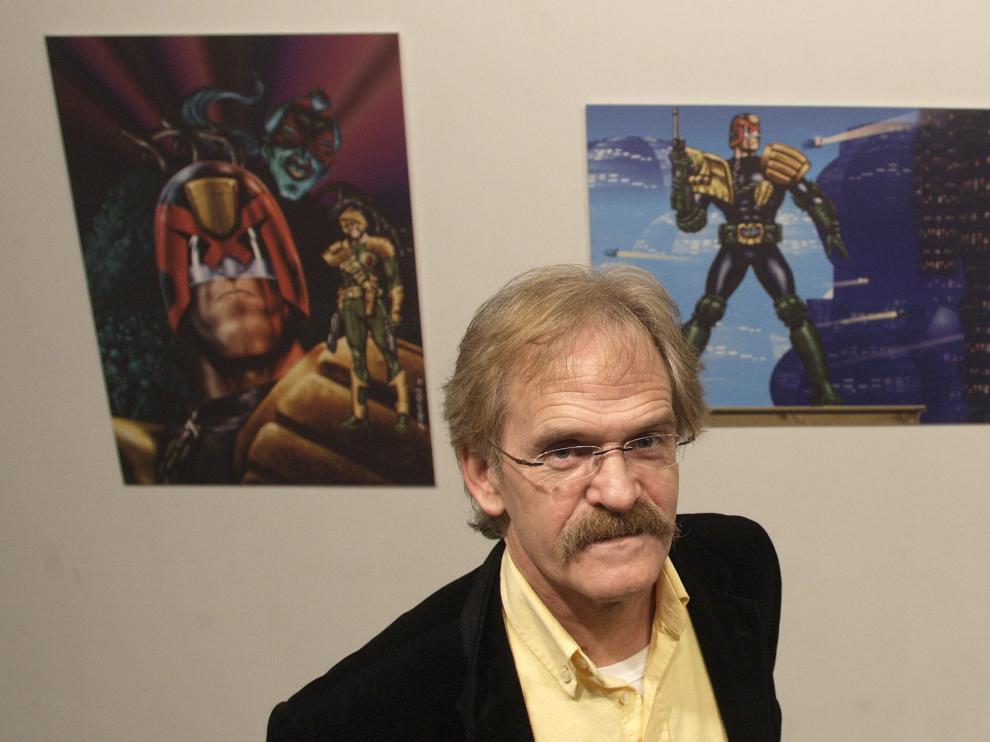 Carlos Ezquerra posa junto a su personaje en una exposición en Zaragoza