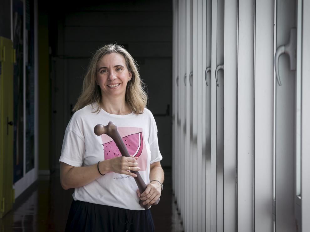 La investigadora Mª Ángeles Pérez Ansón, con uno de los fémures artificiales con los que investiga, en el pasillo del I3A