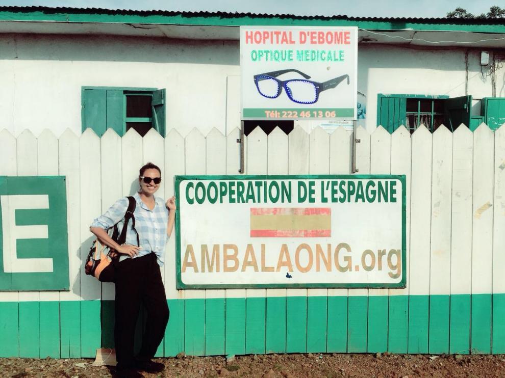 La óptica canaria Gadir Fadhil durante su voluntariado en Camerún (África), de la mano de la Fundación Ilumináfrica.