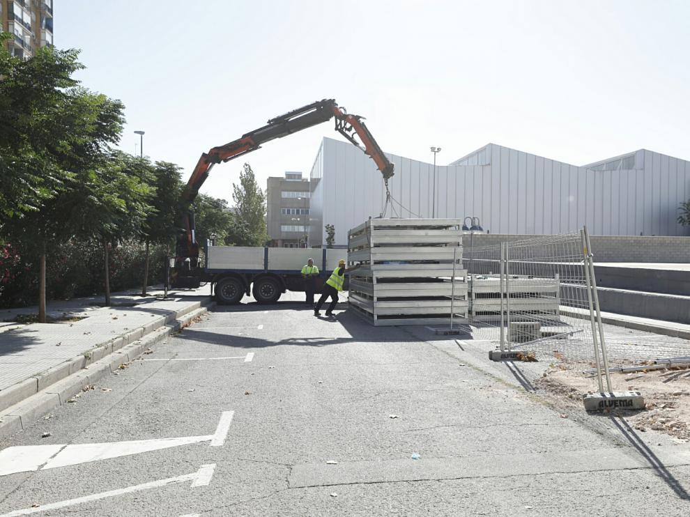 Los operarios descargan las planchas que conformarán el edificio modular que se levantará en el campus de San Francisco
