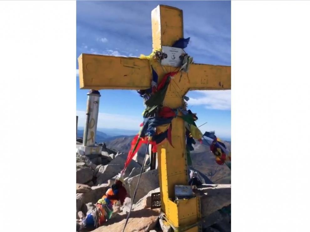 La Cruz del Aneto ha amanecido pintada de amarillo.