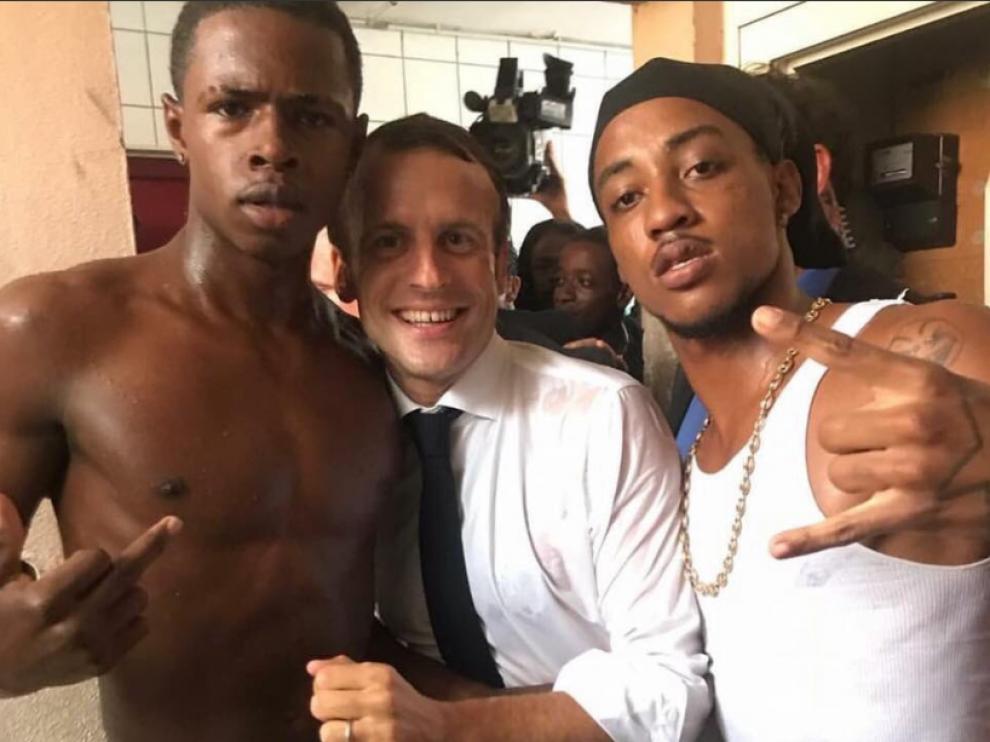 La controvertida imagen en la que Macron posa con un joven recién salido de prisión.