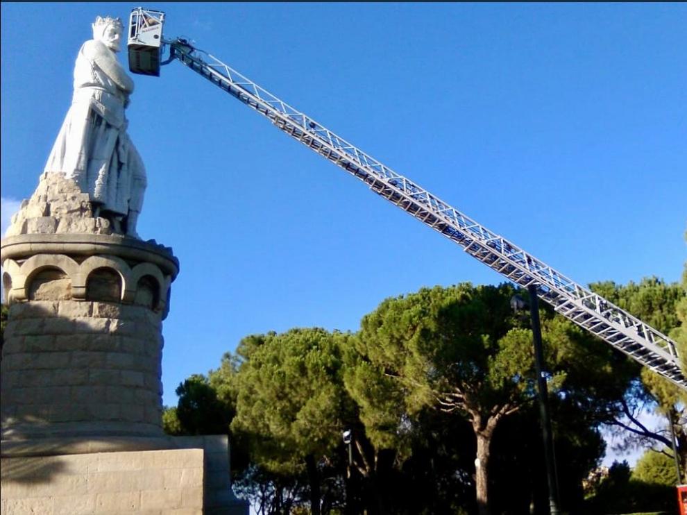 Equipo de Bomberos en la escultura de Alfonso I del Parque Grande.
