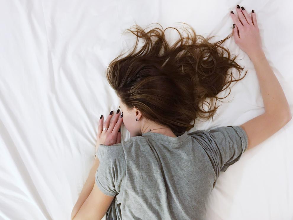 Dormir boca abajo dificulta la respiración fluida y modifica la curva cervical.