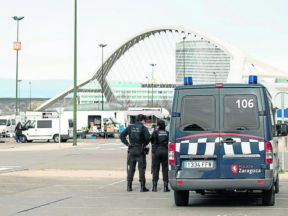 Dos agentes de la UAPO, en el rastro de La Almozara.