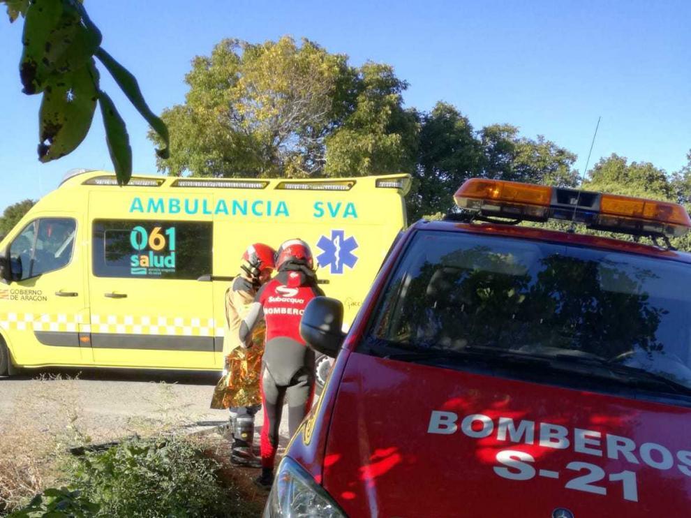 Los bomberos, durante el operativo de rescate en Caminreal.