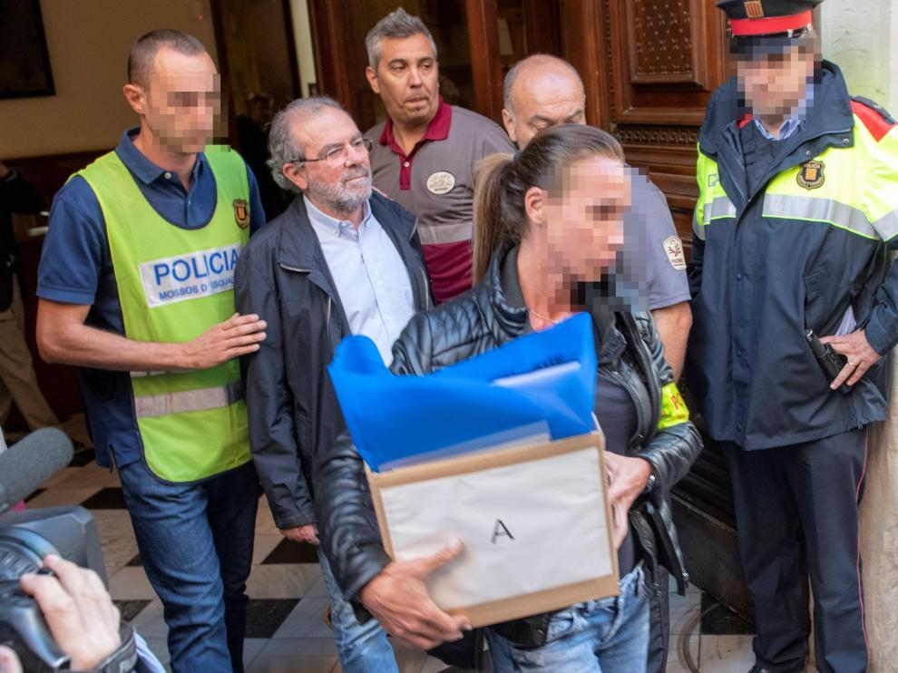 Joan Reñé saliendo de la Diputación de Lleida acompañado de los Mossos d'Esquadra.