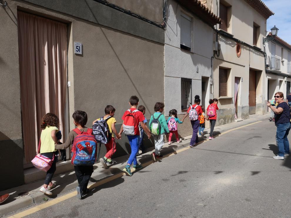 Los niños del colegio de Peñaflor se dirigen a la ludoteca para comer