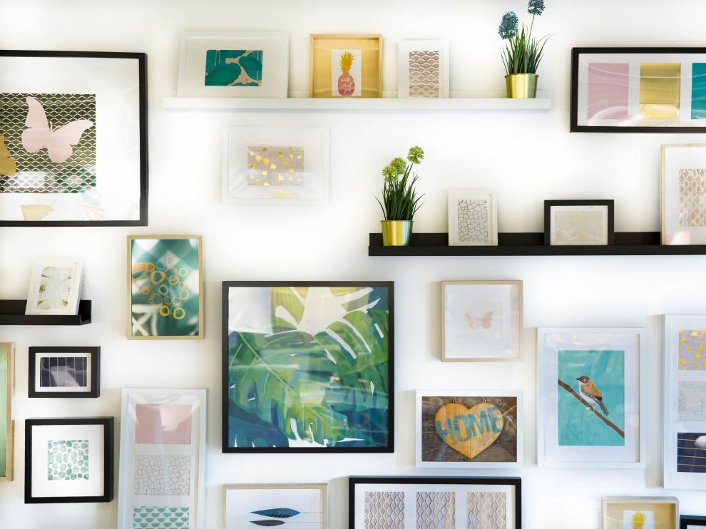 Las casas se convierten en galerías de arte con cuadros y fotografías en sus paredes.