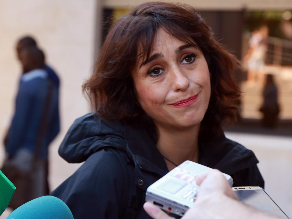 Juana Rivas atendiendo a los periodistas a la salida del Juzgado de lo Penal 1 de Granada.
