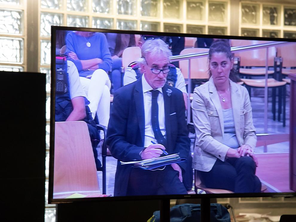 Un momento del juicio, proyectado en uno de los monitores de la Audiencia de Lérida.