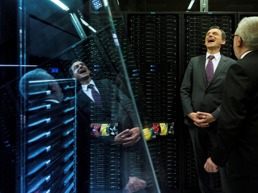 El ministro de Ciencia y Tecnología, Pedro Duque (i) conversa con Mateo Valero, director del Barcelona Supercomputing Center, ante el supercomputador MareNostrum 4, el quinto mas potente de Europa, durante su visita al Centro.