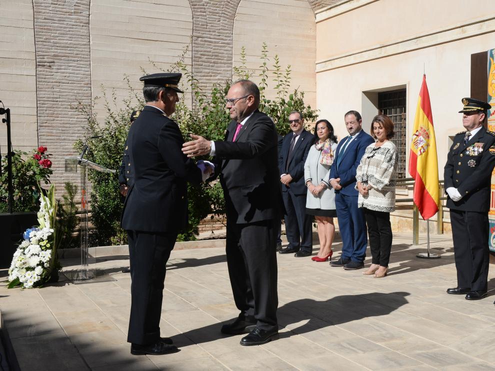 Condecoración del policía Domingo Rupérez, durante el Día de la Policía en Teruel.