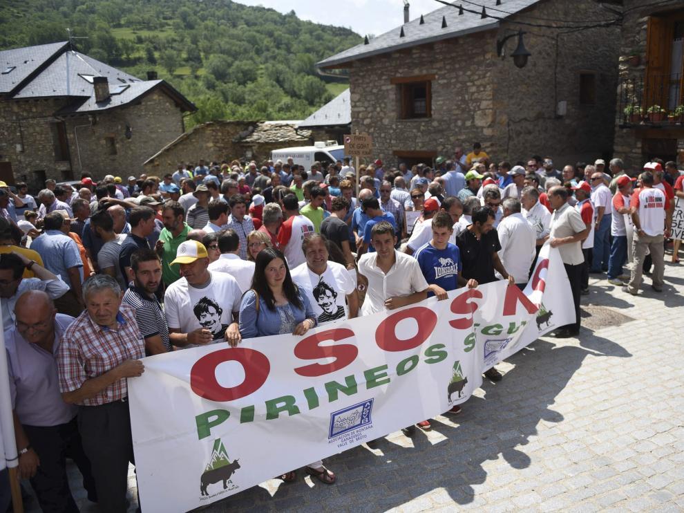 Concentración en contra del oso en Castanesa