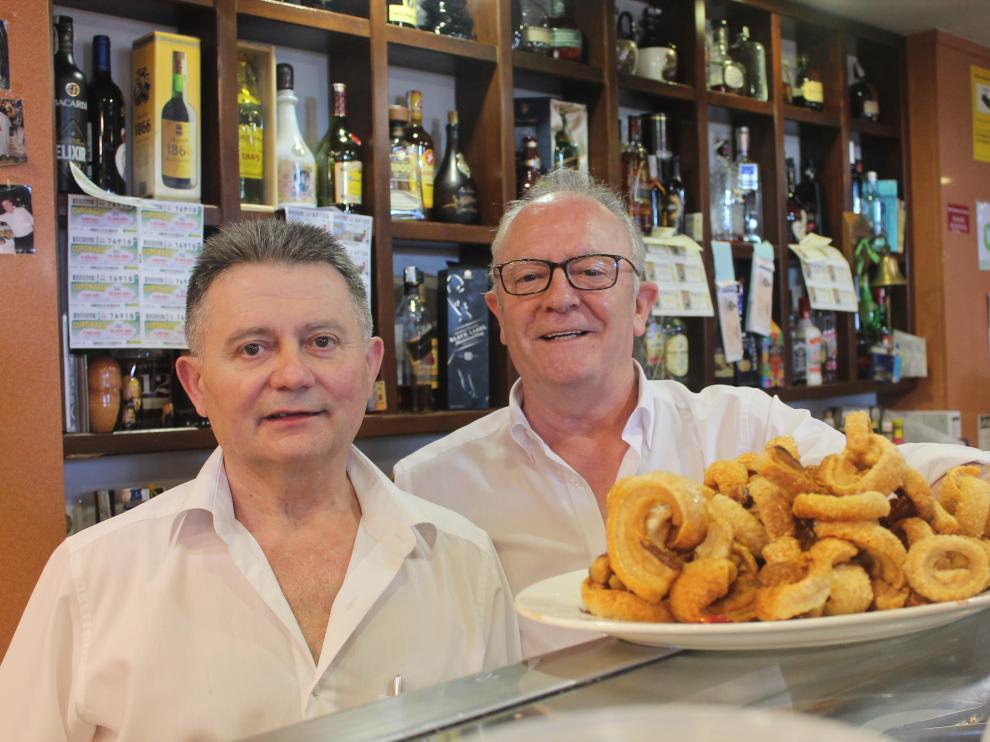 De izquierda a derecha, Manolo Hernández y Mariano Sanz, del restaurante Mariano de Calamocha. Se jubilan a los 63 años.