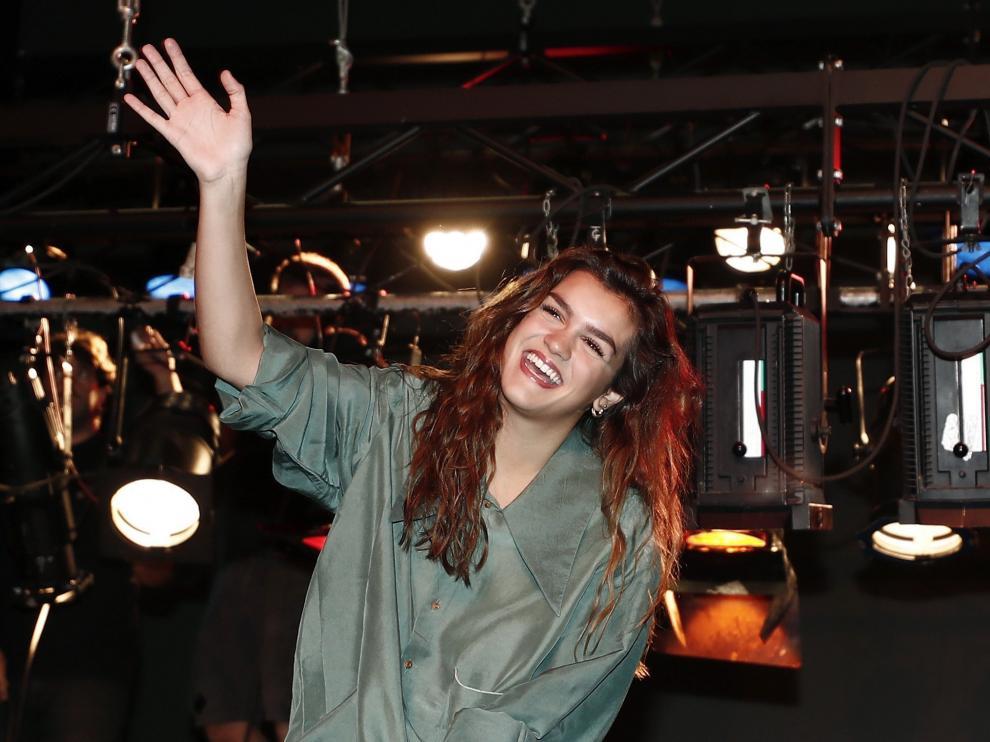 La cantante Amaia Romero posa en el escenario del Teatro Gayarre de Pamplona.