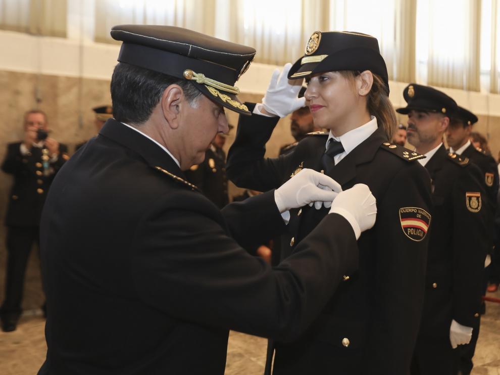 El comisario jefe, Fernando Pascual, impone la condecoración a la inspectora María del Mal Gil