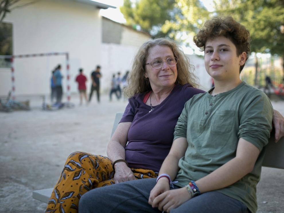 El joven y su madre, este miércoles, en un parque bilbilitano.