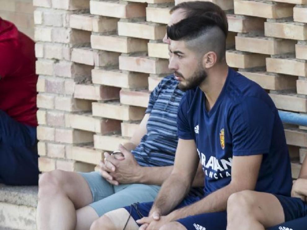 Papunashvili, lesionado, sentado al margen del entrenamiento del equipo.
