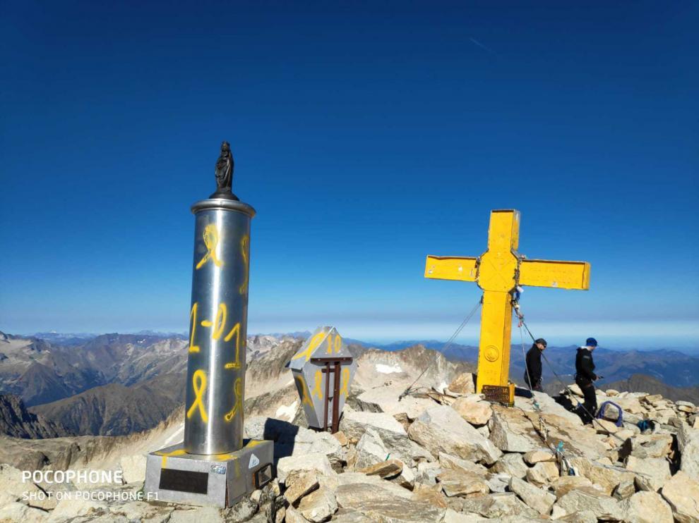 Imagen tomada este jueves en la cumbre del Aneto, con pintadas en la cruz, en la columna que sostiene la talla de la Virgen del Pilar y en la imagen de San Marcial