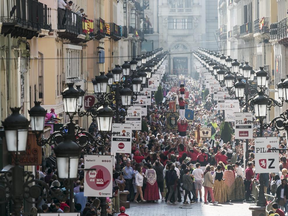 Los oferentes del año pasado, llevando sus flores a la Virgen del Pilar a su paso por la calle de Alfonso I.