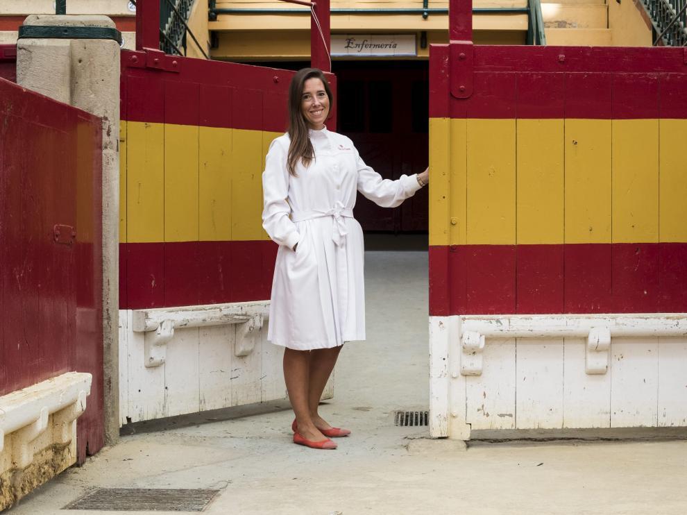 Pilar Val-Carreres, en la puerta de la enfermería de la plaza de toros con el modelo de bata que su familia lleva desde hace años.