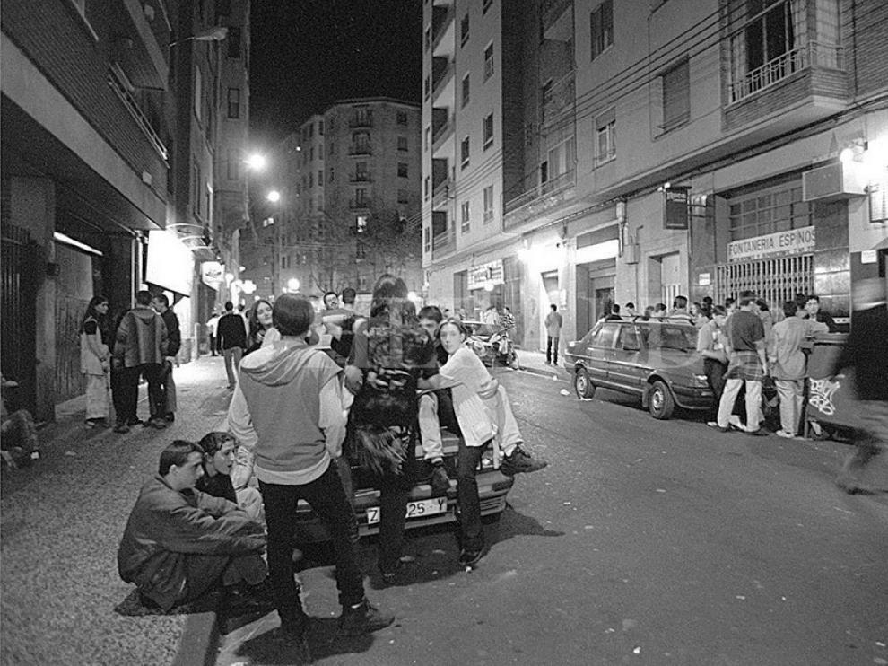 Jóvenes en la calle Moncasi, una noche de los noventa