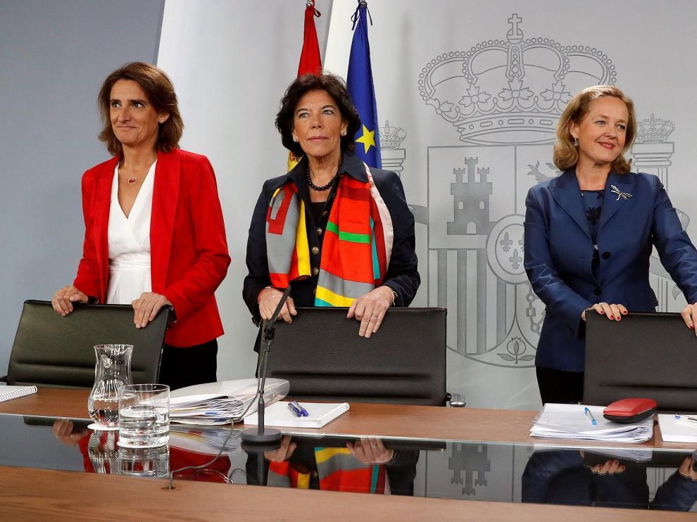 Teresa Ribera junto a Isabel Celaá y Nadia Calviño tras la reunión del Consejo de Ministros.