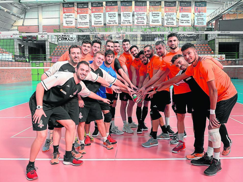 La plantilla del Club Voleibol Teruel, lista para empezar una nueva temporada.