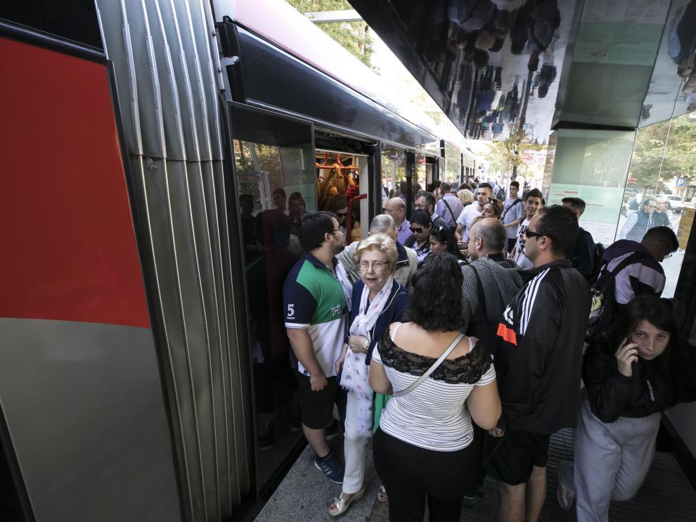 La huelga del tranvía por la tarde llena también las paradas en Zaragoza