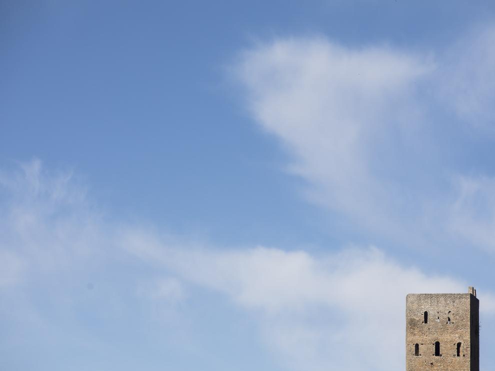 La hermosa torre de Luzás se funde con el cielo en la pedanía tolvana del mismo nombre.