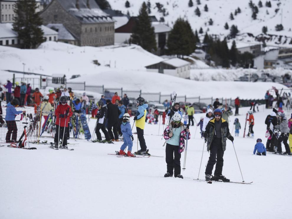 Esquiadores en la estación de Candanchú a finales de la pasada temporada