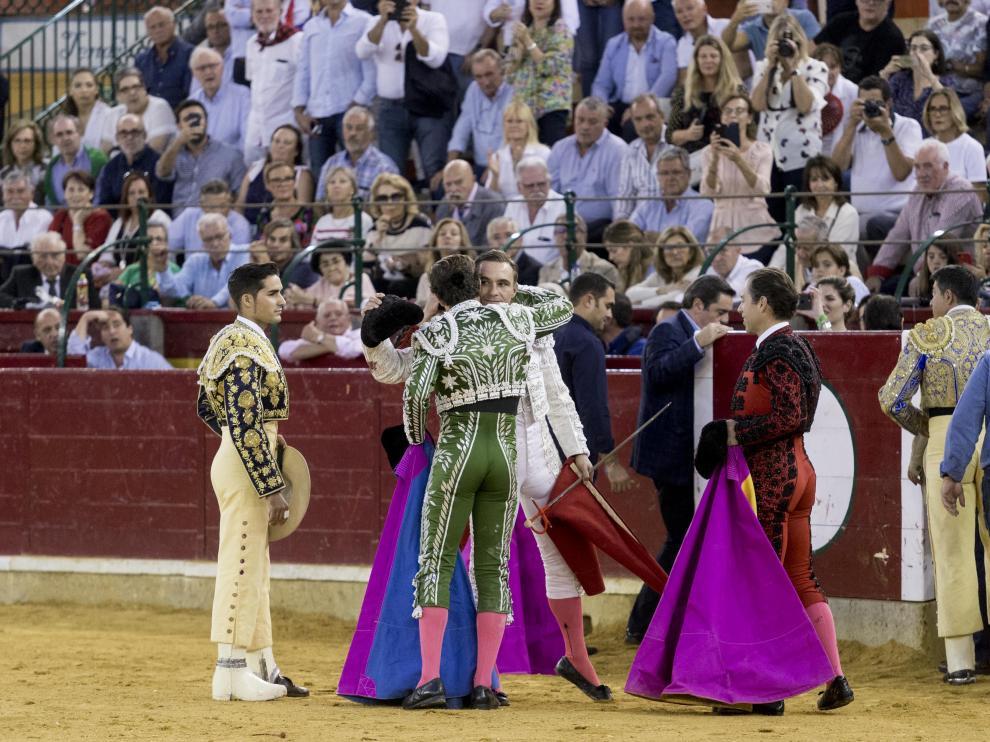 Juan Bautista, brindando el toro a su cuadrilla.