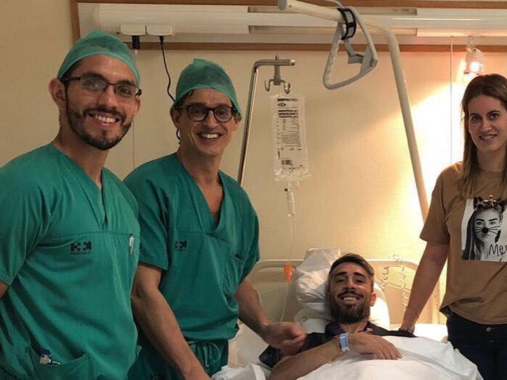 Luisinho en la habitación del hotel en La Coruña, donde ha sido intervenido este viernes de su grave lesión de rodilla.